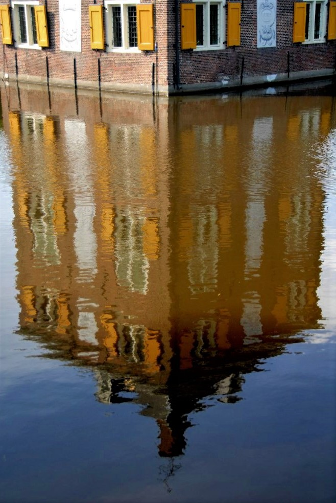 The canal reflecting a mirror image of the Hofwijck mansion